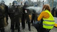 """Sind alle Demonstranten Krawallmacher? Frankreich streitet darüber, wie die Regierung in Zukunft mit den """"Gelbwesten"""" umgehen soll."""