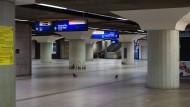 Wer geht hier nachts noch gerne durch? Die B-Ebene des Frankfurter Hauptbahnhofs, aufgenommen um halb Vier.