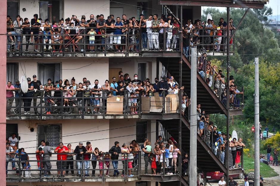 Riesiges Interesse: Roma warten auf die Ankunft von Papst Franziskus in der Siedlung Luník IX in Košice.