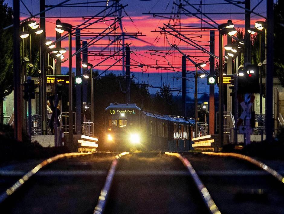 Kurz vor Sonnenaufgang fährt eine Frankfurter U-Bahn in eine Haltestation ein.