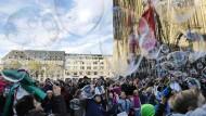 Kölner treffen sich zu einem Flashmob vor dem Dom, um Seifenblasen zu machen.