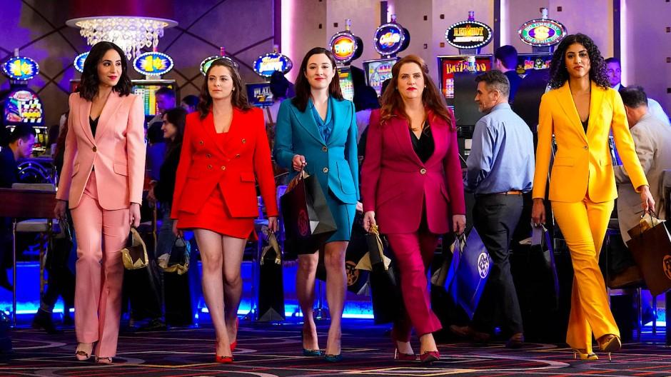 In allen Farben: <CW-16>Rebecca Bunch</CW> (Rachel Bloom, 2 v. l.) und ihre Entourage.