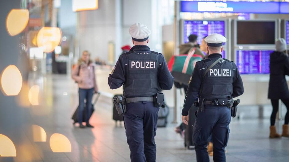 Zwei Polizisten am Frankfurter Flughafen, wo Nasim A. am Freitag direkt nach ihrer Ankunft aus der Türkei in Gewahrsam genommen wurde.