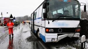 13 Kinder und 2 Erwachsene bei Schulbusunfall verletzt
