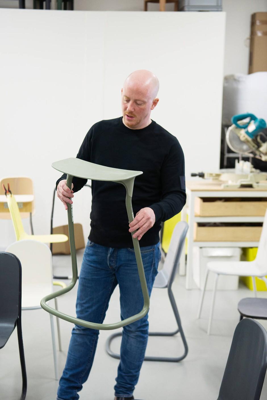 Stehhilfe: Der schmale Hocker, hier als Prototyp, ist zum kurzen Ausruhen im Museum gedacht.
