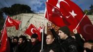 Demonstranten gedenken der Opfer des Anschlags auf einen Nachtclub in Istanbul.