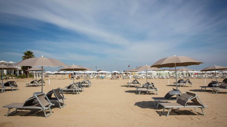 Leere Strandliegen in Sardinia: Ausländische Touristen bleiben Italien dieses Jahr meist fern.