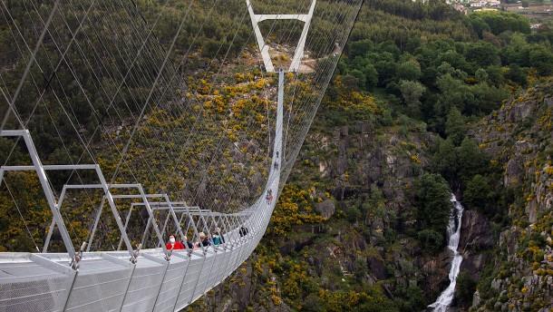 Längste Fußgänger-Hängebrücke der Welt eröffnet