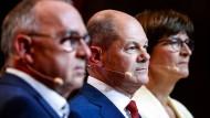 In einer Reihe? Die SPD-Vorsitzenden Norbert Walter-Borjans und Saskia Esken, in ihrer Mitte Kanzlerkandidat Olaf Scholz