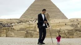 Kleinste Frau und größter Mann besuchen Pyramiden