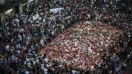 Ein Meer aus Blumen: Kurz nach dem Anschlag vor einem Jahr erinnern tausende Menschen in Barcelona an die Opfer.