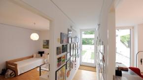 Moderne Architektur - Erich und Gitta Pielcke-Zimmermann, Schmuckgestalter und Goldschmied, leben mit ihren drei Kindern in einem Wohnhaus mit Flachdach, in dem auch das Atelier untergebracht ist
