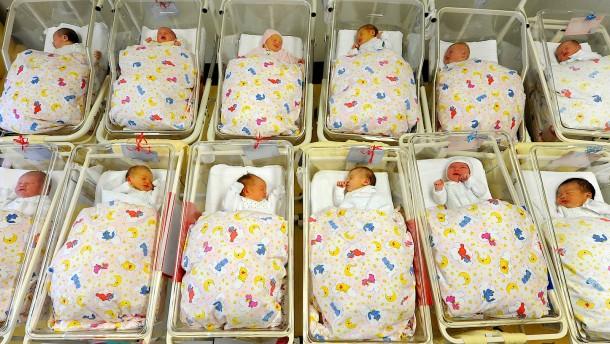 Mehr Babys und weniger Tote in Deutschland