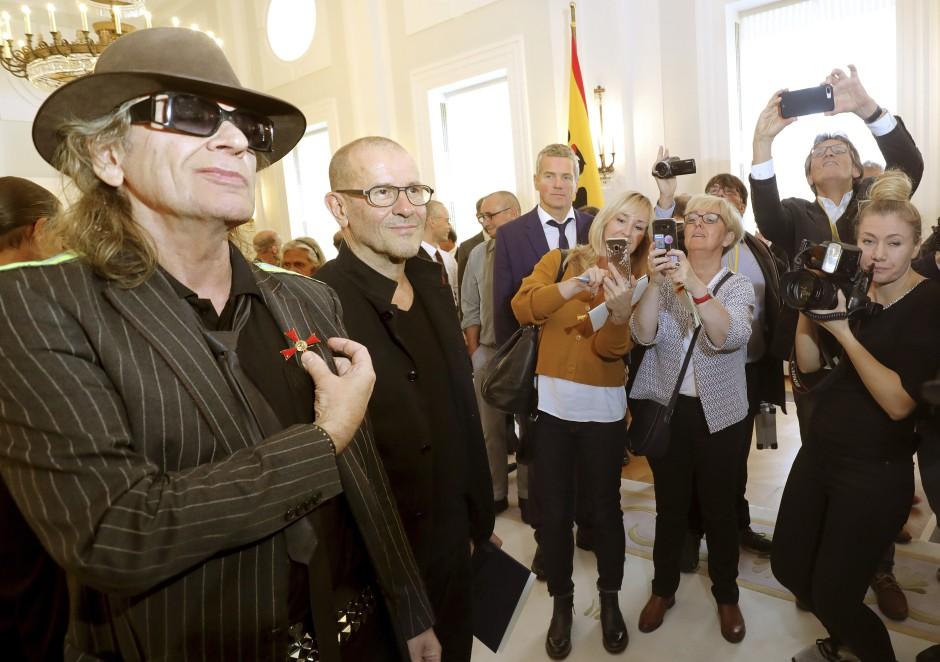 Udo Lindenberg trägt im Schloss Bellevue das Bundesverdienstkreuz, das ihm zuvor vom Bundespräsidenten Steinmeier verliehen wurde.