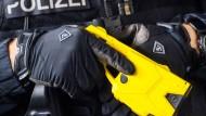 Mit den Geräten soll es Beamten möglich sein, aggressive Personen unkompliziert und weitgehend gefahrlos in Schach zu halten.