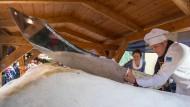 Traditioneller Riesenstollen in Dresden präsentiert