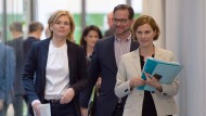 Bundeslandwirtschaftsministerin Julia Klöckner (CDU), der parlamentarische Staatssekretär Florian Pronold (SPD) und Friederike Lenz, Sprecherin im Bundesagrarministerium, am Montag in Berlin.