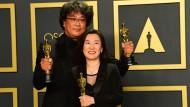 """Können ihr Glück kaum fassen: """"Parasite""""-Regisseur Bong Joon-ho und seine Produzentin Kwan Sin-ae"""
