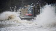 Sturm Frank: Im walisischen Aberystwyth branden meterhohe Wellen an die Promenade mit ihren historischen Fassaden.