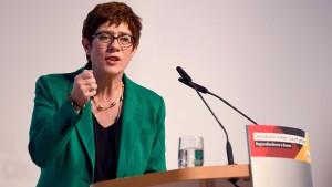 Kramp-Karrenbauer wiederholt Merkels umstrittensten Satz
