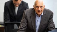 Willi Balz (r), Gründer des Energie-Unternehmens Windreich AG, steht zum Auftakt des Prozesses um die Insolvenz des Windpark-Projektentwicklers Windreich im Gerichtssaal.