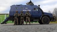 """Präsentation des neuen Panzerwagens """"Survivor R"""" in Leipzig vergangenen Woche: Zwei dieser Fahrzeuge stehen den Spezialeinheiten ab sofort zur Verfügung und sollen bei Amok- oder Terrorlagen zum Einsatz kommen."""