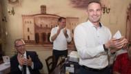 Jörg Urban, Vorsitzender der AfD in Sachsen, der AfD-Bundestagsabgeordneten Tino Chrupalla und Sebastian Wippel, AfD-Landtagsabgeordneter und Oberbürgermeisterkandidat für Görlitz, feiern den AfD-Erfolg am Sonntagabend in einer Gaststätte (v.l.)