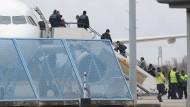 Abgelehnte Asylbewerber steigen wegen einer Sammelabschiebung in ein Flugzeug (Symbolbild).