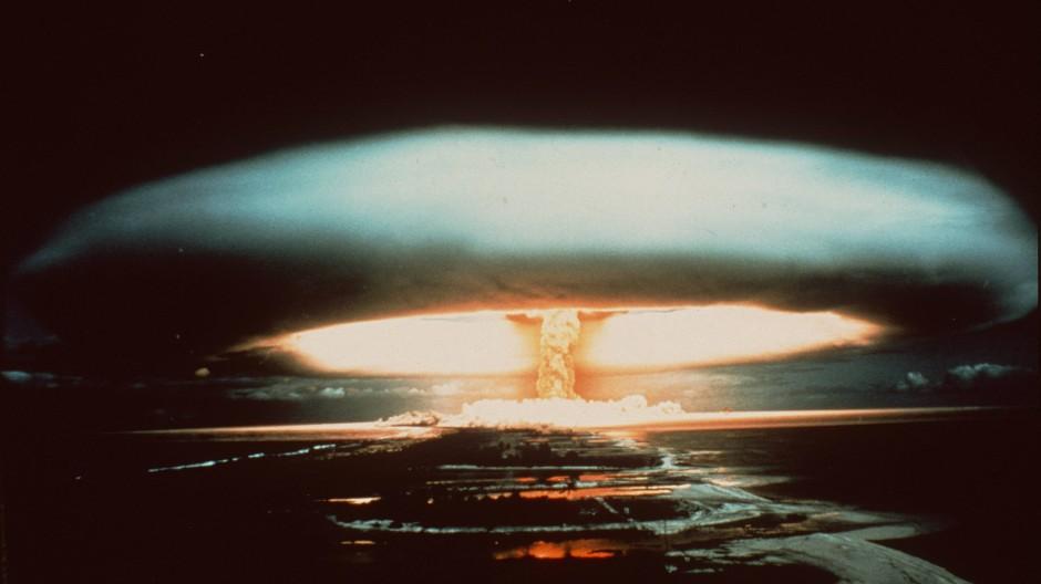 Test: Nach der Explosion einer französischen Atombombe 1971 schwebt ein Atompilz über dem Mururoa-Atoll.