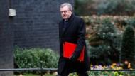 Schottland-Minister David Mundell begibt sich mit düsterer Miene zum Sitz der Premierministerin May in der Downingstreet.