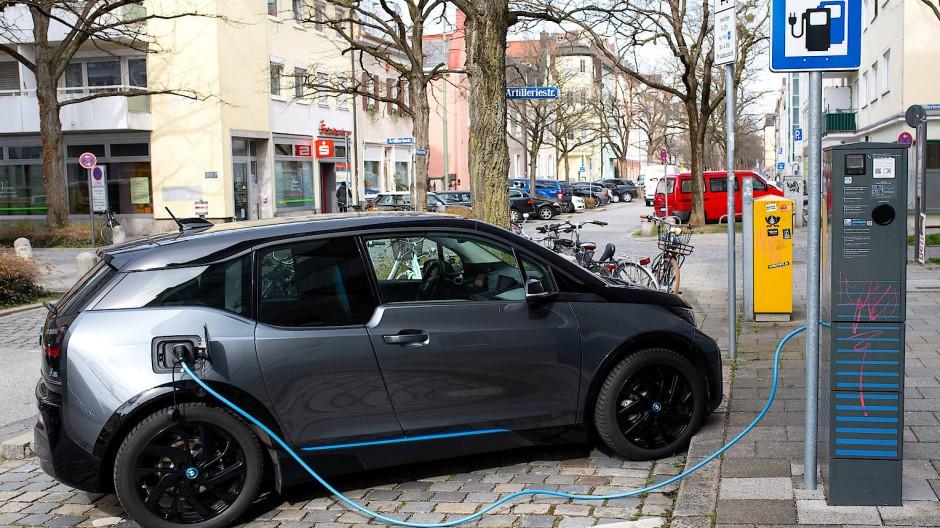 Einer von vielen: Die Entwicklung der Elektromobilität hat deutlich an Fahrt aufgenommen – nicht nur wie hier in München.