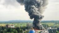 Eine schwarze Rauchsäule steigt über dem Europapark Rust auf.