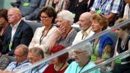 Eine intensive Debatte: Besucher auf der Tribüne im Bundestag verfolgen aufmerksam die Redebeiträge der Abgeordneten