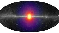 Die hypothetische Röntgenstrahlung, erzeugt  von zerfallenden Dunkle-Materie-Teilchen, würde als sphärischer Halo (farbig) unsere Milchstraße umgeben.