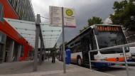 Monopol: Noch fahren in Wiesbaden nur Busse, in einigen Jahren aber könnte eine Straßenbahnverbindung dazukommen.