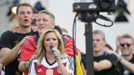 15. Juli 2014. So singen die Deutschen, die Deutschen, die singen so: Helene Fischer beim WM-Empfang vor dem Brandenburger Tor