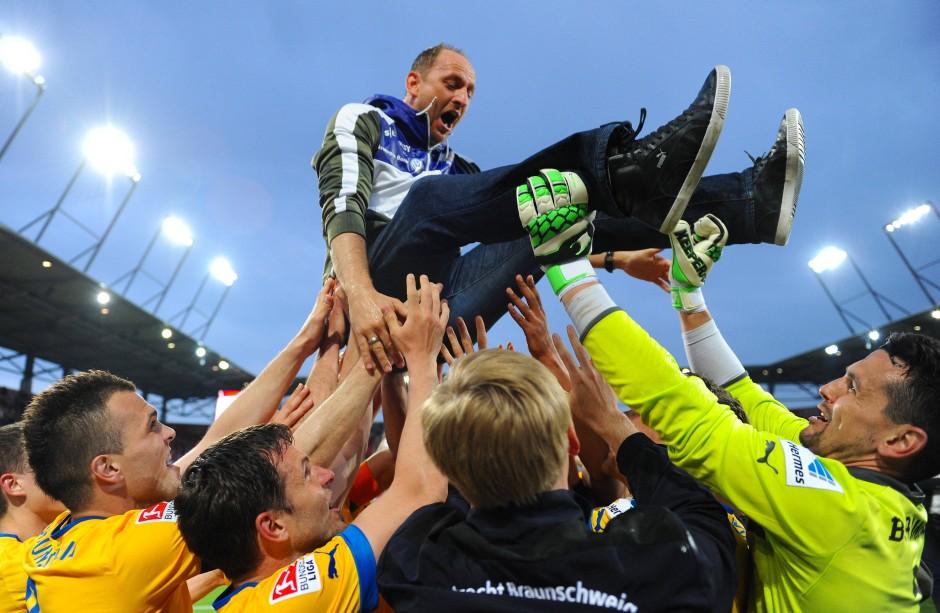 Der Traum wird wahr: Die Braunschweiger Spieler lassen 2013 ihren Trainer Torsten Lieberknecht hochleben.