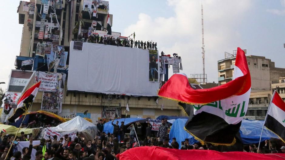 Lassen sich nicht einschüchtern: Auch am Sonntag demonstrierten wieder viele Menschen auf dem Tahrir-Platz in Bagdad.