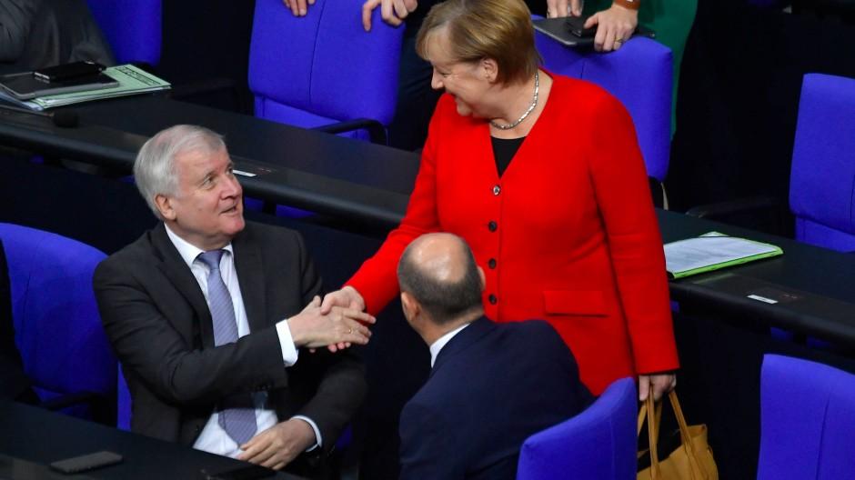 Zwei verstehen sich wieder besser, einer hat zur Zeit schlechte Karten: Innenminister Horst Seehofer (l., CSU), Kanzlerin Angela Merkel (CDU) und Olaf Scholz (SPD).