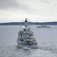 Ein schwedisches Minensuchboot vor dem Stockholmer Schärengarten