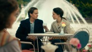 Tom Schilling (Kurt Barnert) und Paula Beer (Ellie) in einem Café in West-Berlin