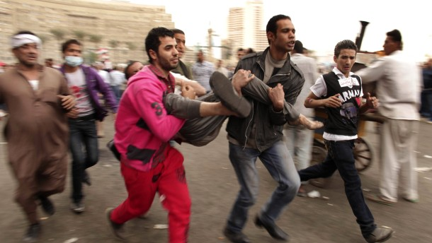Demonstranten setzen Büros der Muslimbrüder in Brand