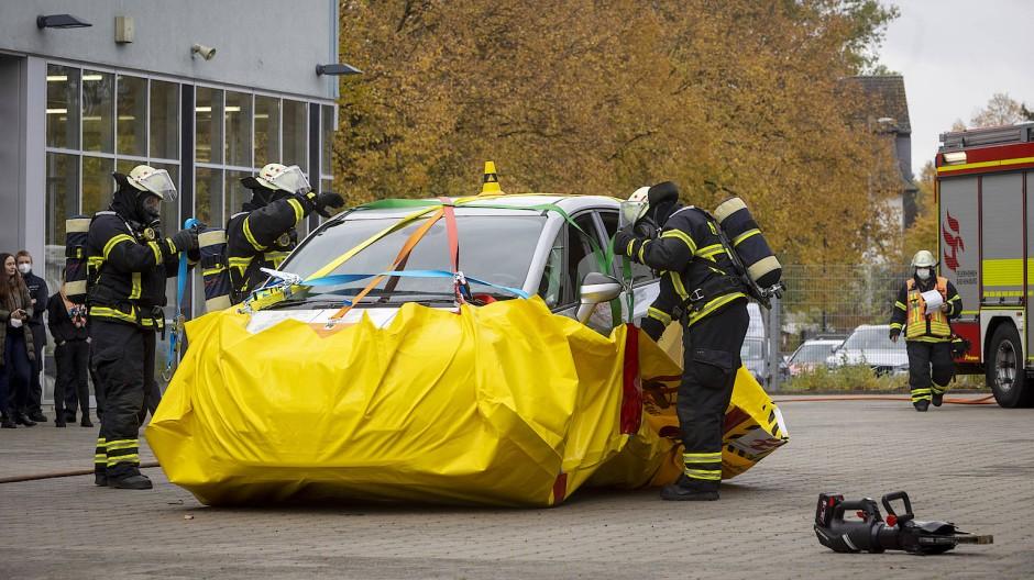 Der gelbe Sack rund ums Auto kann mit Wasser gefüllt werden, damit die defekte Elektrobatterie gekühlt wird.
