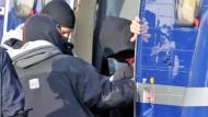 """Spezialkräfte der GSG 9 führen den 32 Jahre alte Andre E. zu einem Haftprüfungstermin beim Bundesgerichtshof (BGH) in Karlsruhe (Archivbild 24. November 2011) Auch E. wird wie nun Carsten S. beschuldigt, die """"NSU"""" unterstützt zu haben"""