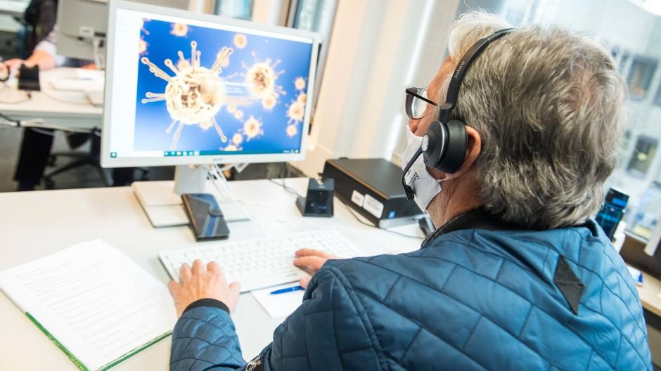 Ein Mitarbeiter während eines Pressetermins in der Zentralen Unterstützung der Kontaktnachverfolgungin Hamburg (Archivfoto)