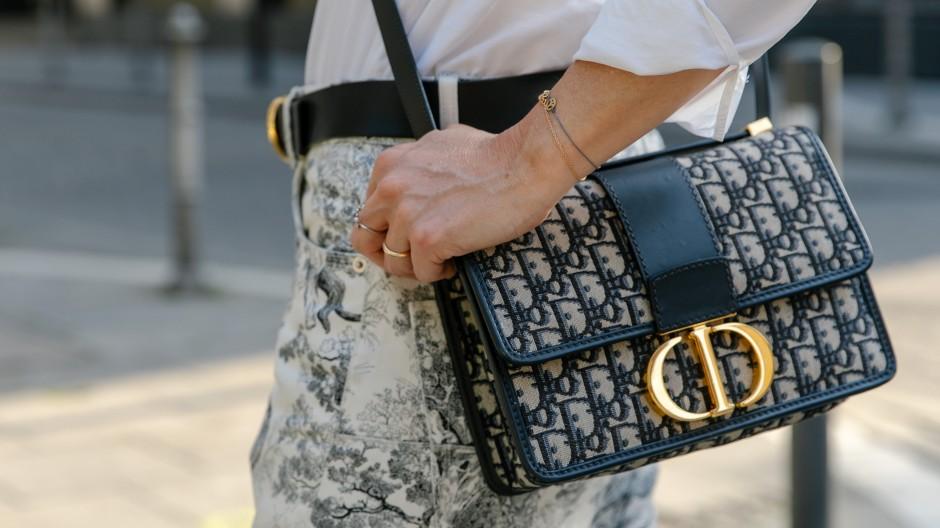 Oberschicht, hier reduziert auf überteuerte Handtaschen