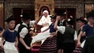 Volkstümliche Delegation: Kinder in bayerischer Tracht tanzten zum 85. Geburtstag des Papstes im April 2012