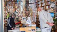 In der Buchhandlung Land in Sicht dürfen sich nur wenige Kunden gleichzeitig aufhalten.