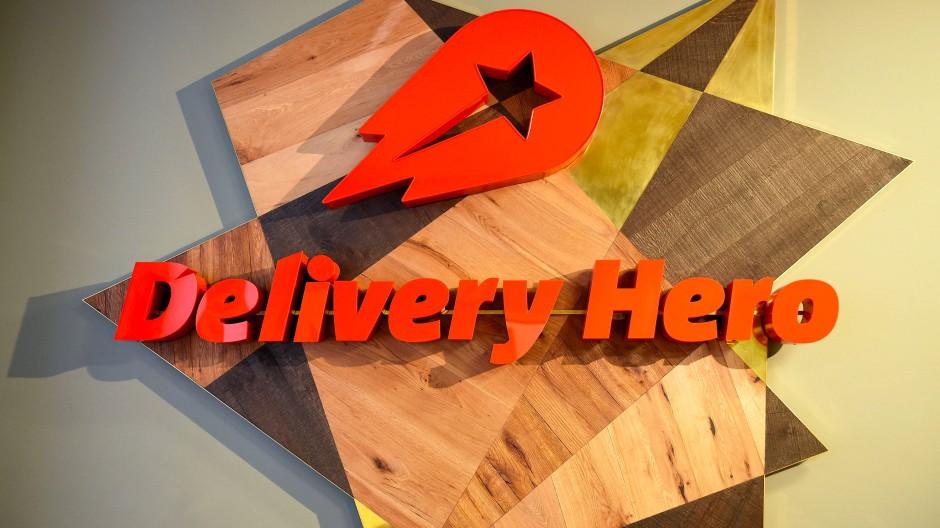 Das Logo von Delivery Hero hängt in der Zentrale in Berlin
