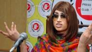 Qandeel Baloch während einer Pressekonferenz wegen ihres Fotos mit einem muslimischen Geistlichen